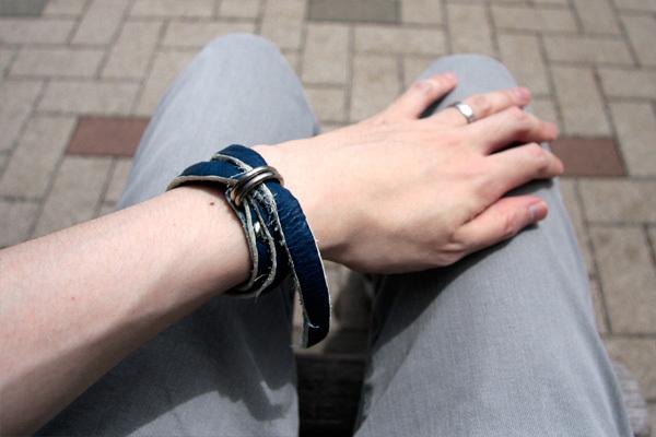 藍染め レザーブレスレットの巻き方 A