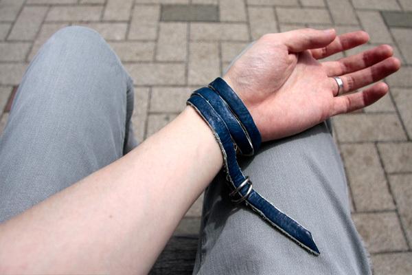 藍染め レザーブレスレットの巻き方 B